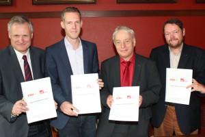Die beiden Parteivorsitzenden Robert Winkels (SPD) und Thomas Hartmann (CDU) und die beiden Fraktionsvorsitzenden Klaus Waldschmidt (SPD) und Peter Mömkes (CDU) präsentieren den gerade unterzeichneten Vertrag