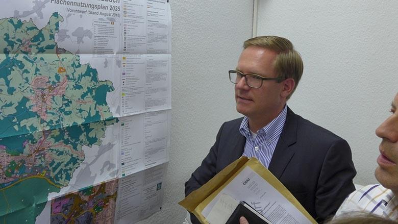 Michael Metten vor dem FNP-Plan