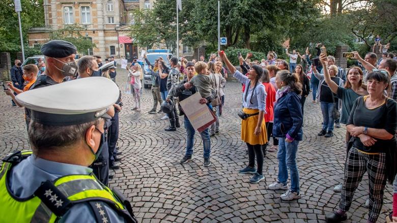 Rund 150 Demonstranten, darunter viele Kinder, protestierten vor dem Löwen