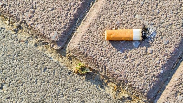Weggeworfene Zigaretten sind ein Problem